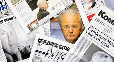 Milosevic på førstesidene i russiske aviser mandag. Foto: Denis Sinyakov, AFP