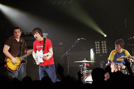 Arctic Monkeys, her live i Portsmouth i februar, kommer både til Quart-festivalen i Kristiansand og Roskildefestivalen i Danmark i sommer. Foto: Sang Tan, AP Photo / Scanpix.