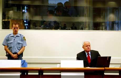 Slobodan Milosevic i rettssalen i Haag 5. juli 2004. Nå er den krigsforbrytertiltalte eks-presidenten død, og saken mot ham nedlagt. (Foto: Bas Czerwinski/ Reuters/ Scanpix)