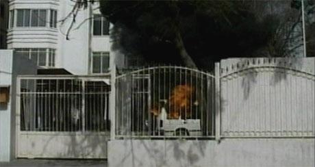 Kultursenteret ble satt i brann av rasende palestinere. (Foto: APTN)