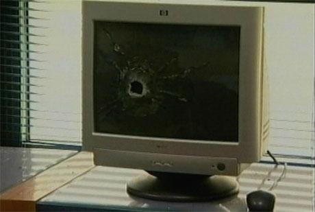 Kulehull i en PC i det britiske kultursenteret. (Foto: APTN)