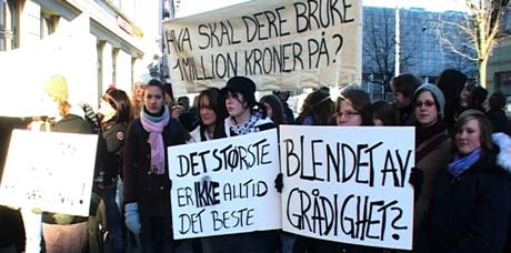 Mange elever og lærere var møtt fram for å protestere. Foto: Espen Hatlestad/NRK