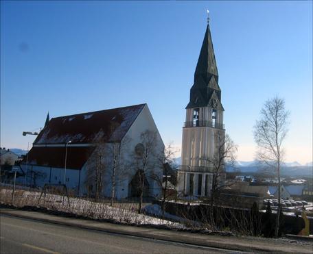 Oppussing av Molde domkirke utvendig er nettopp avslutta. Foto: Gunnar Sandvik