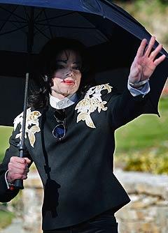 Popstjernen Michael Jackson fikk onsdag forlenget fristen med å betale lønn og forsikring til de ansatte på ranchen hans Neverland med 24 timer. Natt til torsdag går fristen ut. Her er Jackson på Neverland i 2004. Foto: AP.