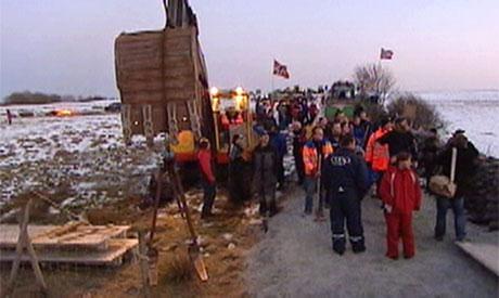 Den nye vegen ble feiret med flagg og tog. (Foto: NRK)