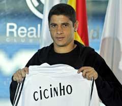 Cicinho gikk fra Sao Paulo til Real Madrid rett før nyttår i fjor. (Foto: AP/Scanpix)