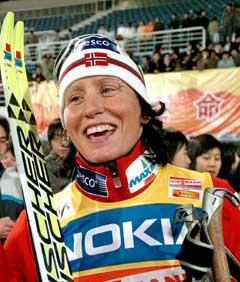 En smilende Marit Bjørgen etter sprintseieren i Kina onsdag. (Foto: Reuters/Scanpix)
