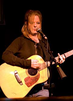 Mary Lou Lord virket smågretten da hun spilte på Soho Lounge. Foto: Per Ole Hagen, NRK.