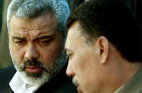 Påtroppande statsminister Ismail Haniya (t.v.) i samtale med rådgjevaren Ahmed Helles. (Foto: AP/Scanpix)