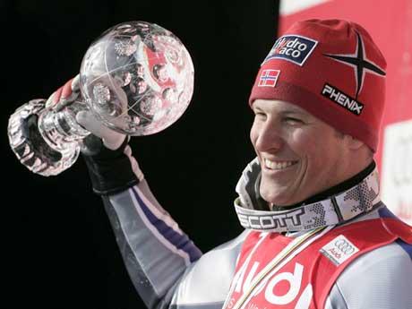 Aksel Lund Svindal med super G-trofeet. (Foto: Reuters/Scanpix)