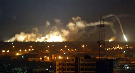 Eksplosjoner ryster Bagdad, kort tid etter at amerikanske og britiske styrker startet sitt angrep i mars 2003. (Arkivfoto: Patrick Baz/AFP/Scanpix)