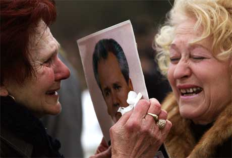 To serbiske kvinner sørger over Slobodan Milosevics dødsfall. I morgen begraves han i Serbia. (Foto: Damir Sagolj/Reuters/Scanpix)