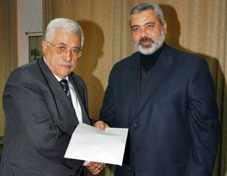 Abbas og Haniyeh møttes i Gaza tidligere i måneden, men det var uten begeistring de trykket hverandres hender (Scanpix/Reuters)