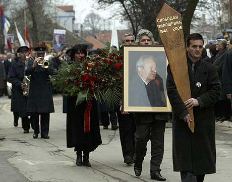Folk går i prosesjon i Milosevics hjemby Pozarevac. (Foto: Reuters/Scanpix)