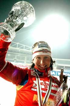 Marit Bjørgen smiler etter å ha vunnet verdenscupen. (Foto: REUTERS / SCANPIX)