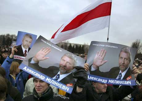 Opposisjonslederen Milinkevitsj fikk massiv støtte på et møte i Minsk i går (Scanpix/AP)