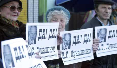 """Eldre kommunistaktivister støtter Lukasjenko. """"Ja, ja, Lukasjenko,"""" står det på disse plakatene (Scanpix/AP)"""