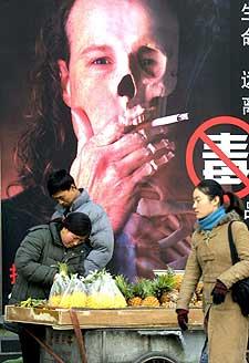 Bilde av en anti-røyke-plakat i Beijing i 2005. (Arkivfoto: AFP/Scanpix)