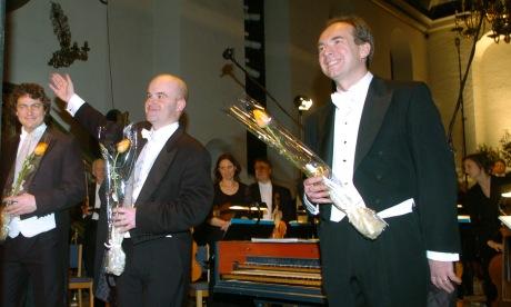 Fra åpningskonserten. Den engelske dirigenten Laurence Cummings omgitt av solistene Njål Sparboe (t.v.) og James Gilchrist (foto: Lars Flydal)