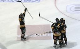 Oilers jublet, da seieren over Stjernen var et faktum. (Foto: NRK)