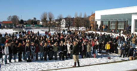 Elever i videregående skole får Terje Vigen i gave - her på Bystranda i Kristiansand (foto: Knut Knudsen Eigeland)