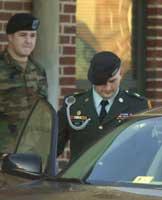 Michael Smith (t.h.) forlater retten etter sakens andre dag (Scanpix/AP)