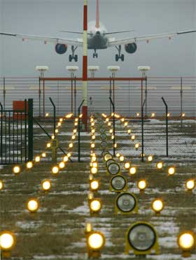 EU forbyr nær 100 flyselskaper å trafikkere europeisk luftrom. (Illustrasjonsfoto: Michael Urban/AFP/Scanpix)