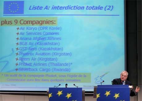 EUs transportkommissær Jacques Barrot la fram lista i Brussel i dag. (Foto: Thierry Roge/Reuters/Scanpix)