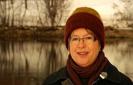 Professor Berit Kjeldtsad ved NTNU stiller spørsmål om snøkrystaller