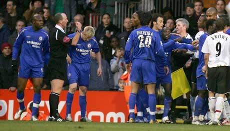 Chelsea-spillerne raste mot dommer Mike Dean og linjemann Andy Williams etter utvisningen. (Foto: Reuters/Scanpix)