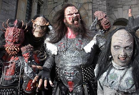 «Neglene mine er lange og øynene røde», synger monsterrockerne Lordi, som med sin «Hard Rock Halleluja» er det finske bidraget til Eurosong 2006. Det er bandet sitt, det. Skapningen til høyre er for øvrig den kvinnelige keyboardisten. Foto: SCANPIX.