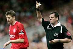 Steven Gerrard få sitt første gule kort av dommer Phil Dowd. (Foto: AP/Scanpix)