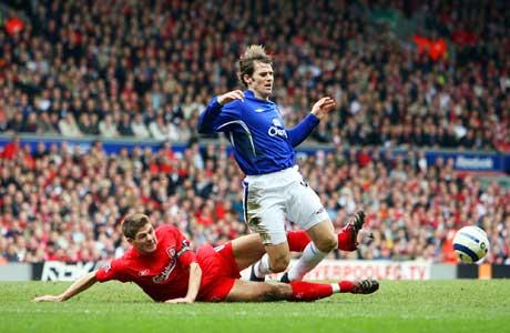Steven Gerrard takler Evertons Kevin Kilbane og får sitt andre gule kort. (Foto: AFP/Scanpix)