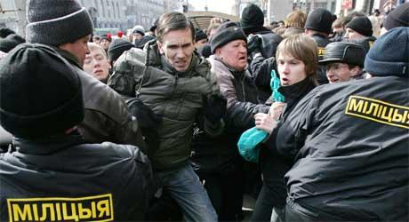 Demonstrantene ble møtt av store politistyrker i Minsk i dag.(Foto: AFP, Viktor Drachev).
