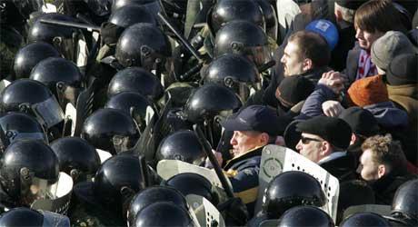 Det var store sammenstøt mellom politi og demonstranter. (Foto: Ap photo, Ivan Sekretarev).