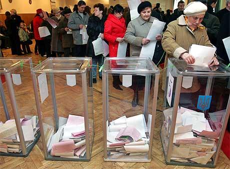 Men det var ikke bare presidenten som var kommet for å stemme. Folk i hovedstaden Kiev slutter sterkt opp om valget. Foto: Retuers/Scanpix.