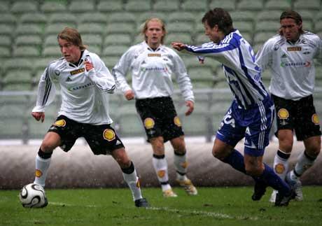 Per Ciljan Skjelbred driver ballen foran seg under søndagens treningskamp mellom IFK og RBK. (Foto: Måns Langhjelm / SCANPIX)