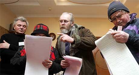 Folk studerer de lange stemmesedlene ved valgurnene. (Foto: Afp Photo / Sergei Supinsky)