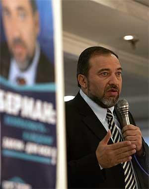 Den høyreekstreme politikeren Avigdor Lieberman taler til sine tilhengere under valgkampen. (Foto: Afp, Menahem Kahana)