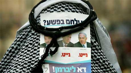 En jødisk ultraortodoks mann bærer en valgseddel som del av et kostyme under feiringen av en jødisk helligdag i Jerusalem. (Foto: AP Photo/Oded Balilty)