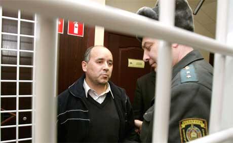 Mariusz Maszkiewicz i retten i Minsk (Foto: Reuters/Scanpix)
