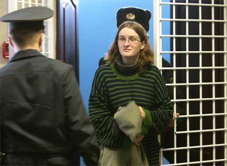 Journalisten Weronika Samolinska føres inn i retten.(Foto: Reuters/Scanpix)