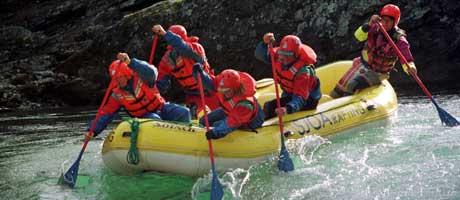 Bedre samarbeidsklima på jobben etter rafting? (Foto: SCANPIX)
