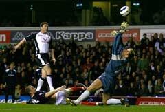 Robbie Keane lobber inn 1-1 over keeper Tomasz Kuszczak. (Foto: Reuters/Scanpix)