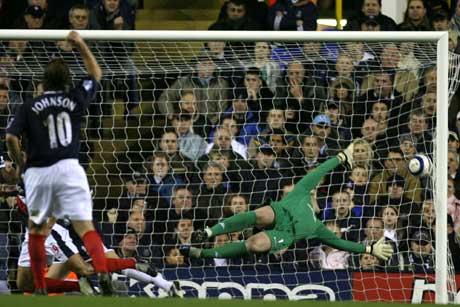 West Bromwichs Curtis Davies setter inn 1-o bak Tottenham-keeper Paul Robinson. (Foto: AP/Scanpix)