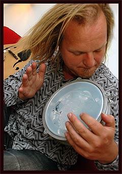 Knut Reiersrud, her med en afrikansk tromme, blir å finne i spissen for musikerne som minnes Ali Farka Toure fredag på Cosmopolite. Foto: Gitte Johannessen, Scanpix.