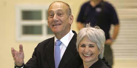 Statsminister Ehud Olmert og kona Aliza Olmert stemte i Jerusalem i dag. (Foto: P.Ugarte, AFP)