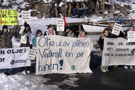 Naturverndemonstrantar på Aukra tysdag formiddag. Foto: Cornelius Poppe/SCANPIX