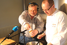 Tron Soot-Ryen og kokk Inge Johnsen lager omelett. (Foto: Per Kristian Johansen, NRK)