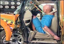 I hver bil som krasjes, sitter det krasjtest-dukker. Foto: ADAC